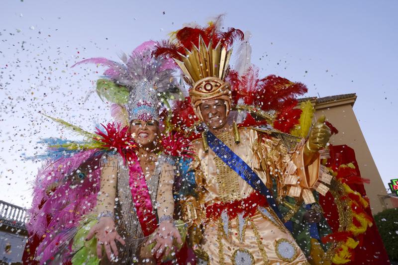 Gines se echó a la calle para disfrutar de su espectacular Carnaval de Luz